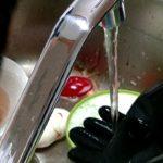 キッチンリセット 黒いゴム手袋 手元を中心に 食器洗い 主婦 毎日